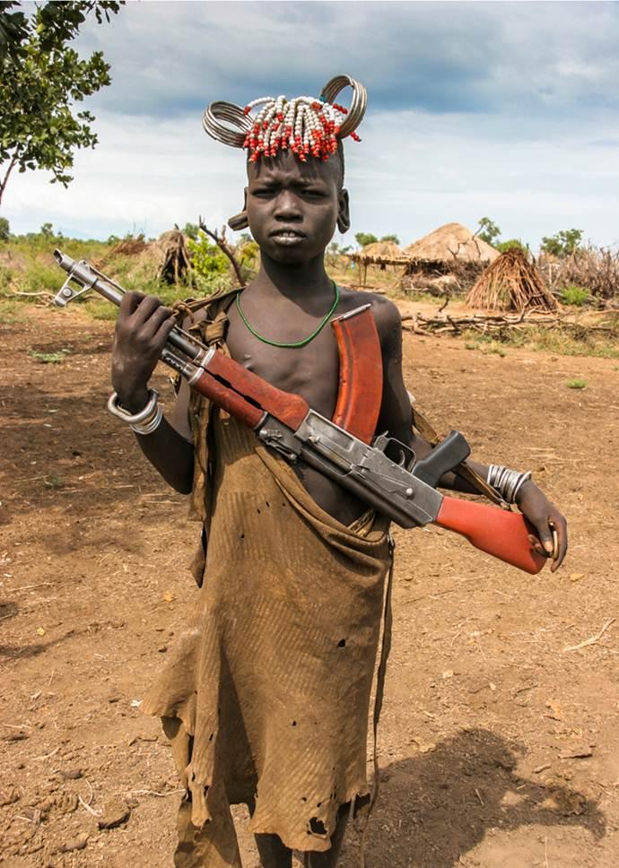 Niño Mursi armado, Etiopía